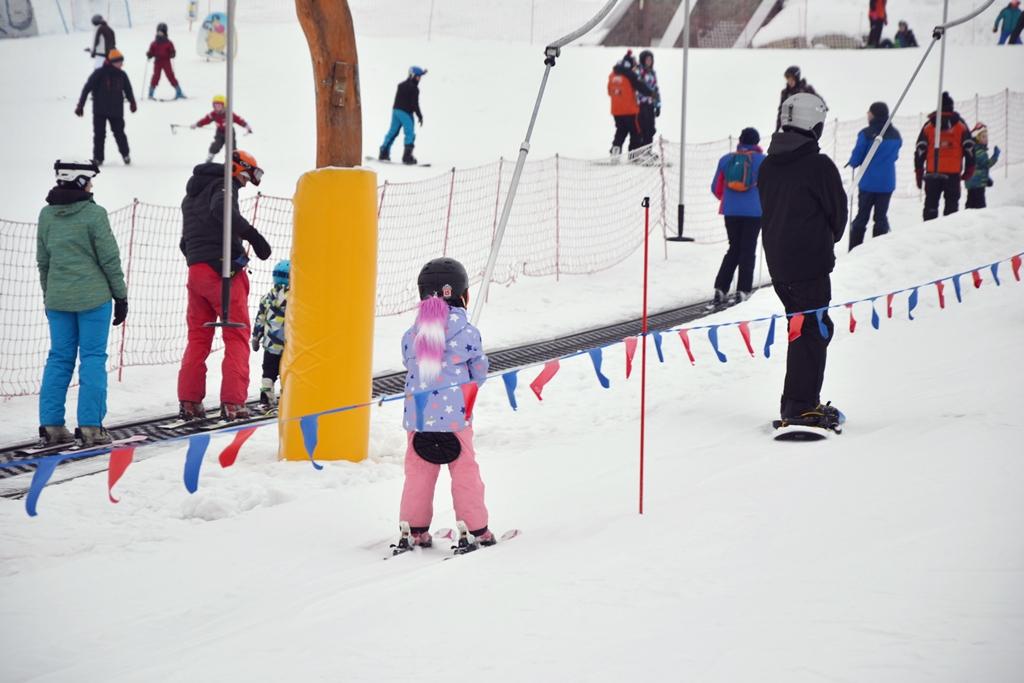 czterolatek na nartach